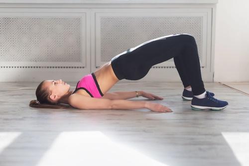 Mujer haciendo ejercicio del puente