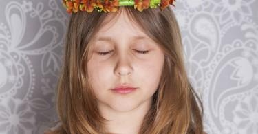 niña ojos cerrados meditando
