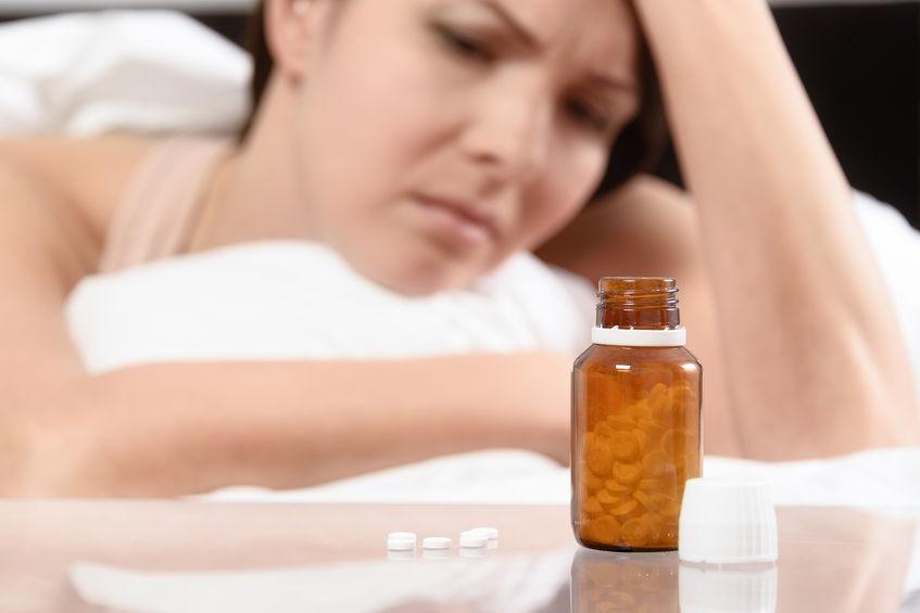 Mujer tomando antidrepresivos