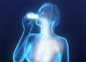 mujer bebiendo probioticoss