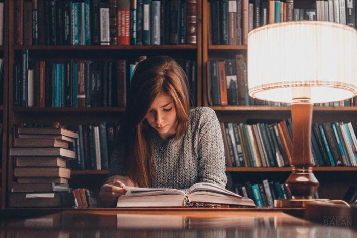 Cómo reacciona el cerebro a la literatura, una mujer leyendo en la biblioteca