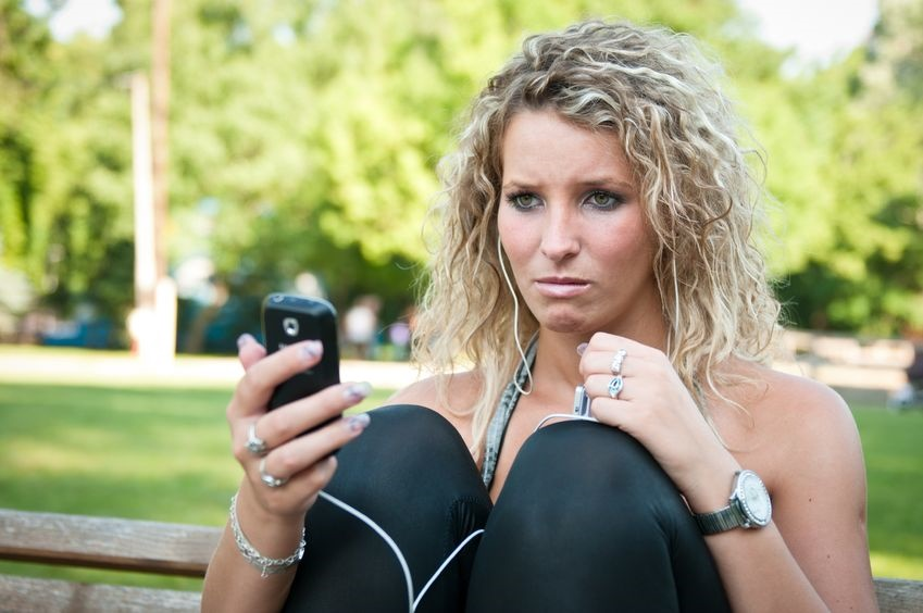 Mujer enojada con celular