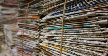 Periódicos apilados para poder elaborar papel reciclado con ellos