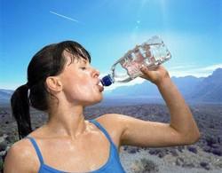 corredora-bebiendo-agua