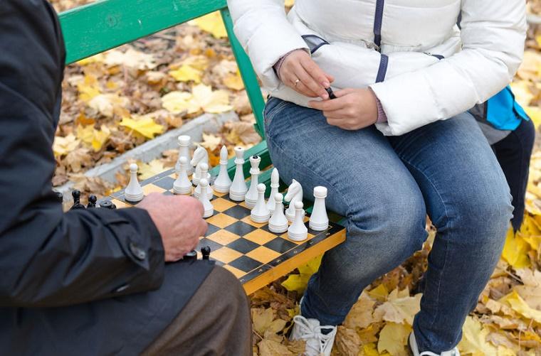 Personas jugando ajedrez