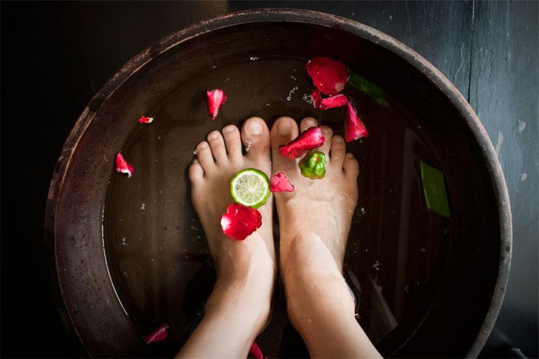 remojar pies secos y ásperos