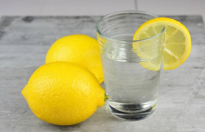 agua tibia con limón