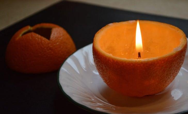 velas con cáscaras de naranja
