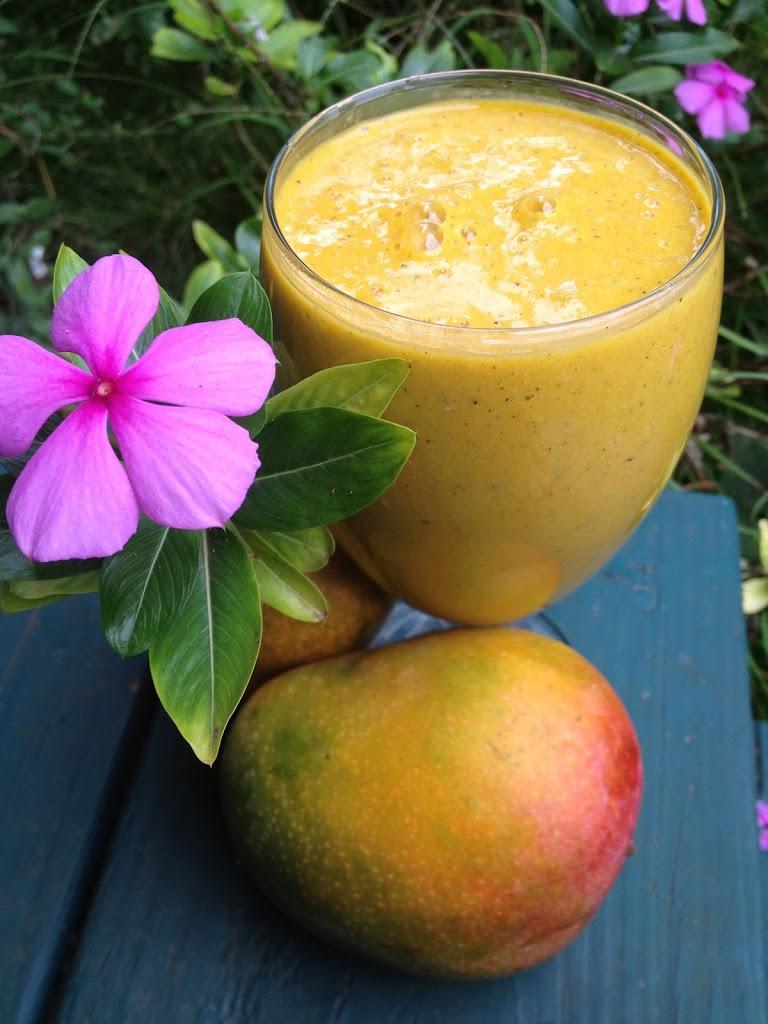 Un delicioso desayuno nutritivo con mangos y plátanos