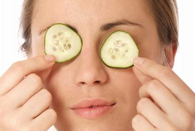 tratamiento natural pepino bolsas debajo de los ojos