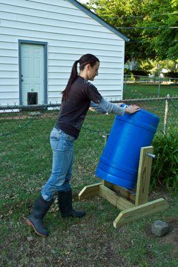 Mujer haciendo girar su compostera para tierra