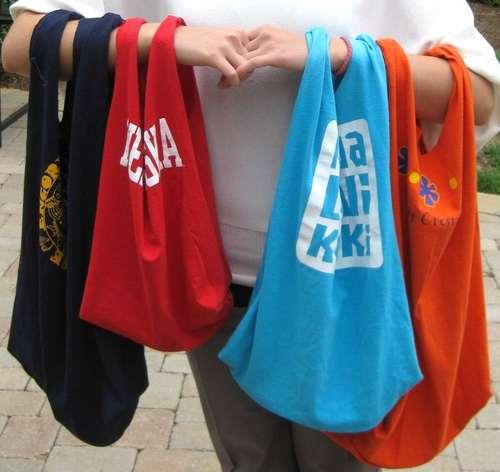 Creando prácticas bolsas reciclando camisetas