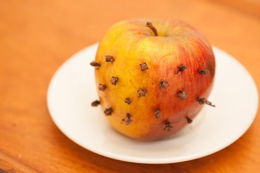 Manzana con clavos para deshacerse de las moscas