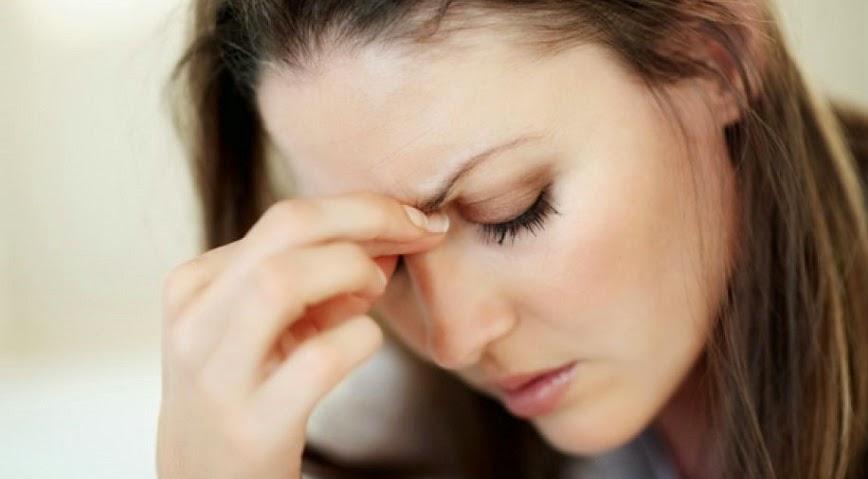 Mujer con dolor de cabeza por sinusitis