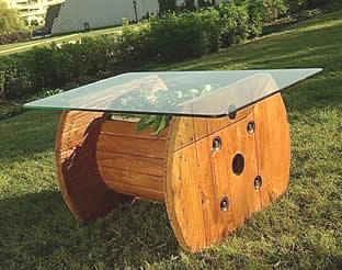 reciclando carretes de madera para hacer asientos y mesas