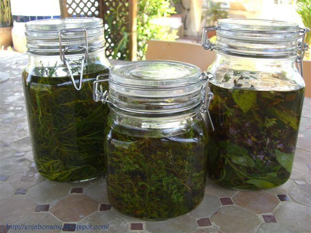 Cómo hacer un aceite medicinal con infusión de hierbas