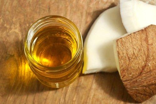 Usa aceite de coco para remover la placa dental