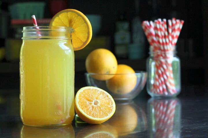 Preparando un jugo energizante para reponer electrolitos y minerales