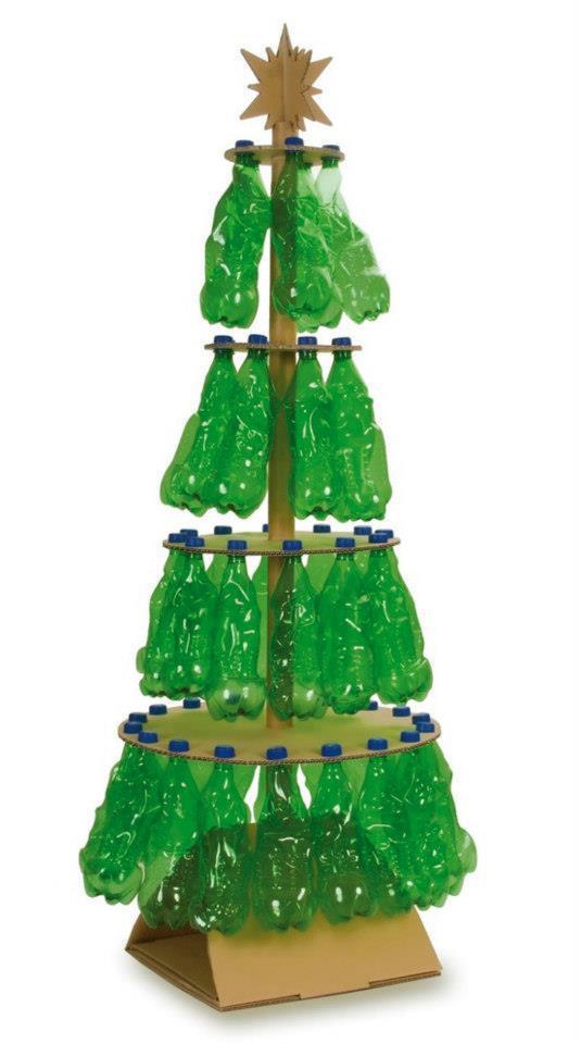 árbol navideño con botes de plástico