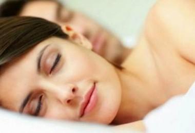 couple-sleeping-189634_w1000
