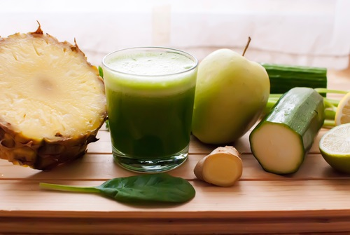Jugo de pepino y ananá que tiene efectos anticelulitis