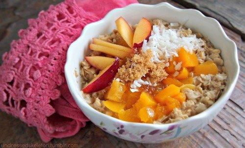 Una receta con avena y frutas para el desayuno