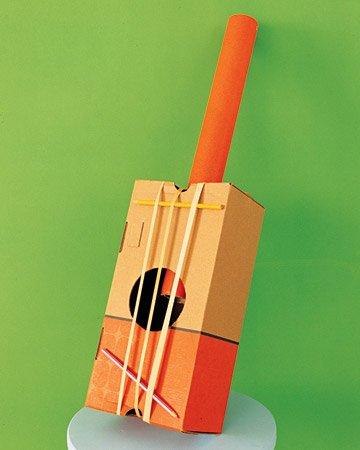 guitarra de cartón reciclado