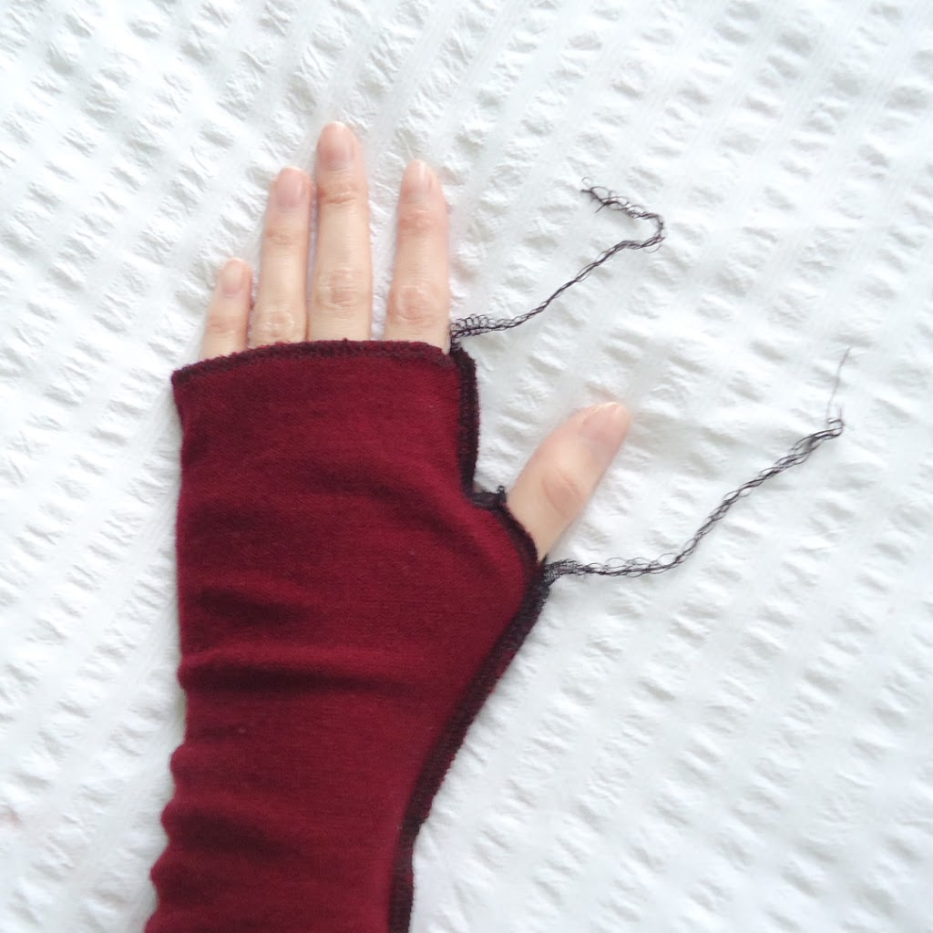 guantes de un sweater reciclado