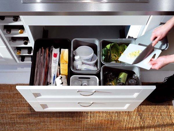 ahorrar espacio en la cocina con basureros ocultos