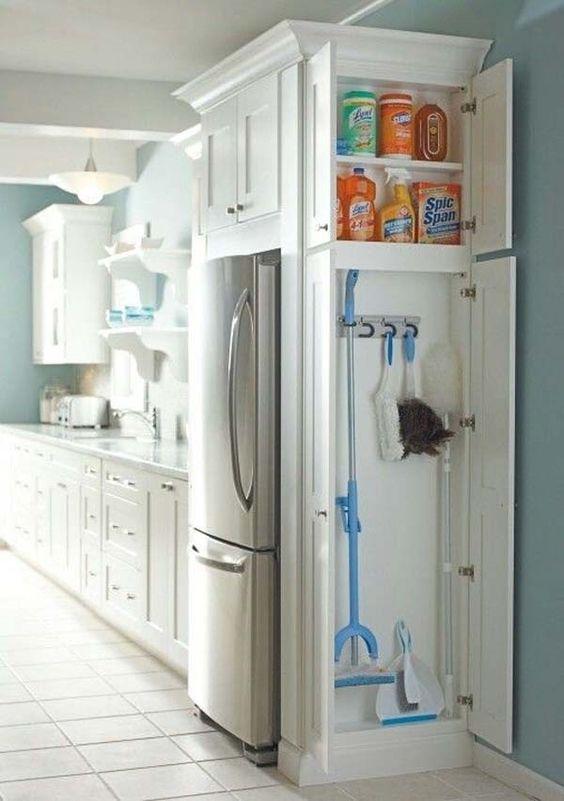 ahorrar espacio en la cocina para cosas de limpieza