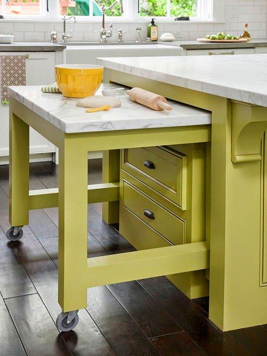 ahorrar espacio en la cocina con mesa integrada a barra de cocina