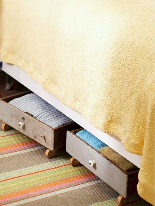 ahorrar espacio en la habitación usando cajones debajo de la cama