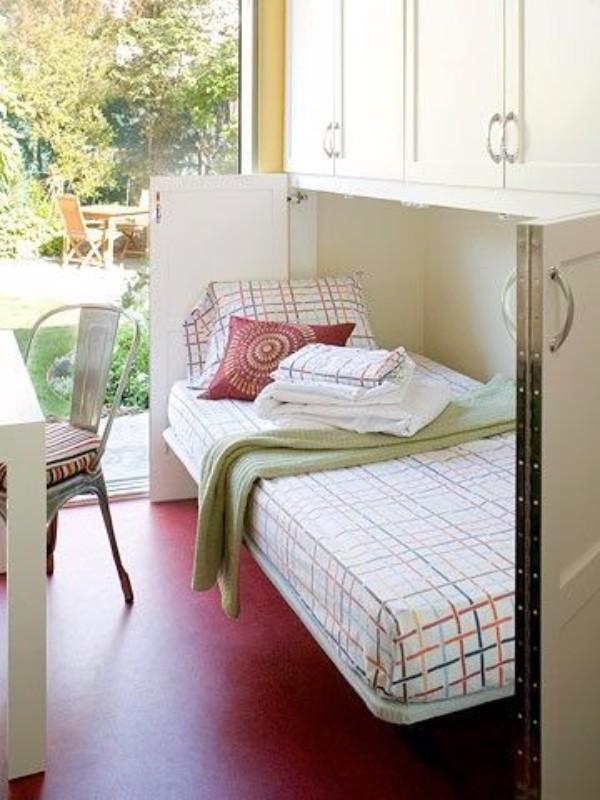 ahorrando espacio en la habitación guardando las camas