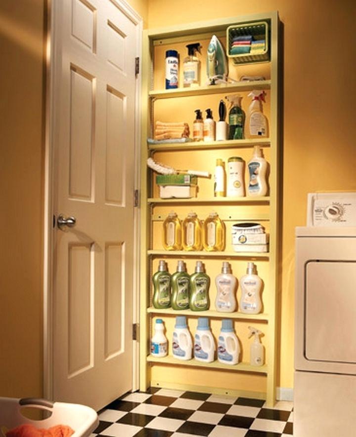 ahorrar espacio en la lavandería con puerta falsa para almacenaje