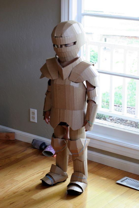 Un nene usa un disfraz realizado con cartones reciclados
