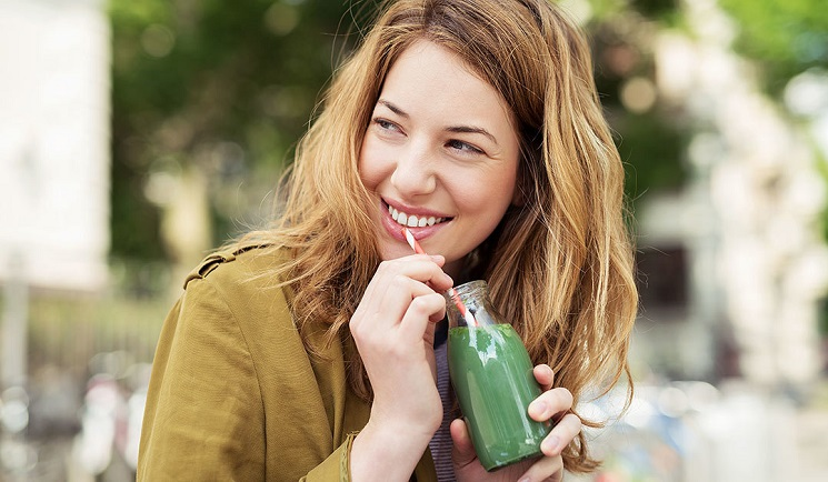 mujer tomando un licuado antioxidante