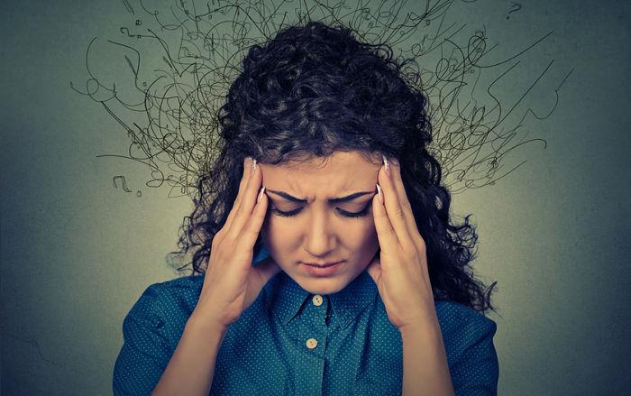 Mujer estresada por querer tener todo bajo control