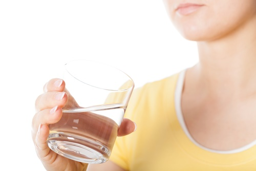 vaso con agua mujer tomando