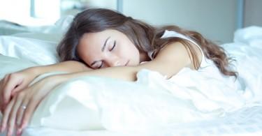 mujer fatigada dormida cansada acostada