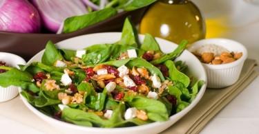 Ensalada de espinacas con almendras y aceite ed oliva