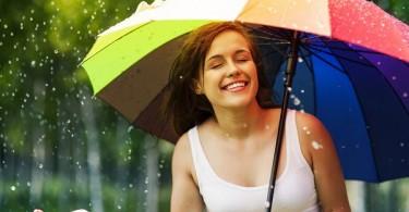 mujer feliz en la lluvia