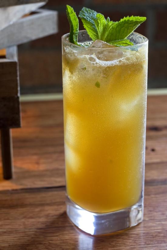 Saludable y refrescante receta con miel y jugo de limón