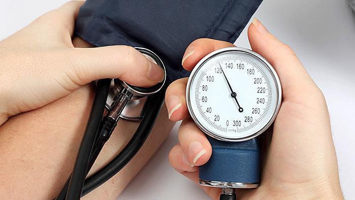 midiendo la presión arterial elevada