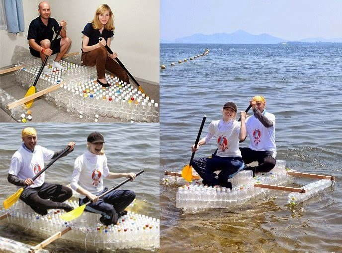 nadando sobre botes reciclados