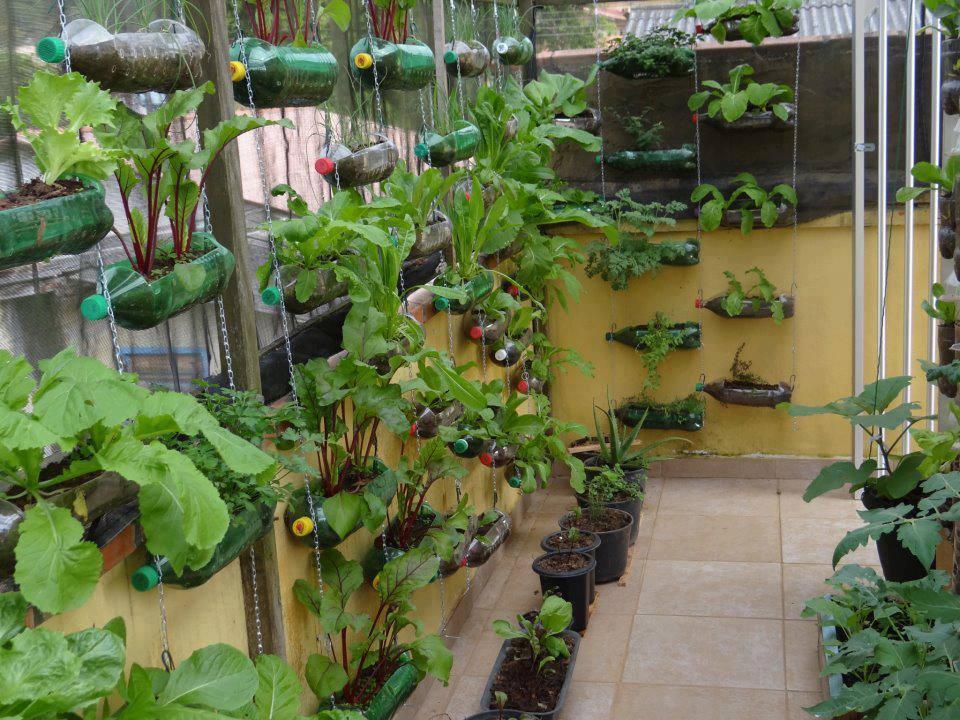 50 objetos tiles y creativos hechos con botes de pl stico for Jardines colgantes con material reciclado