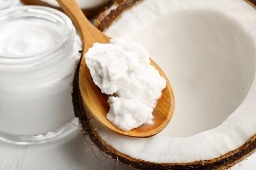 Aceite de coco que se usa para tratar los hongos en las uñas
