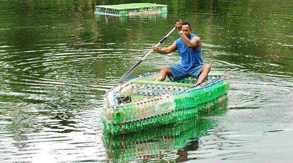 botellas de plástico en balsa