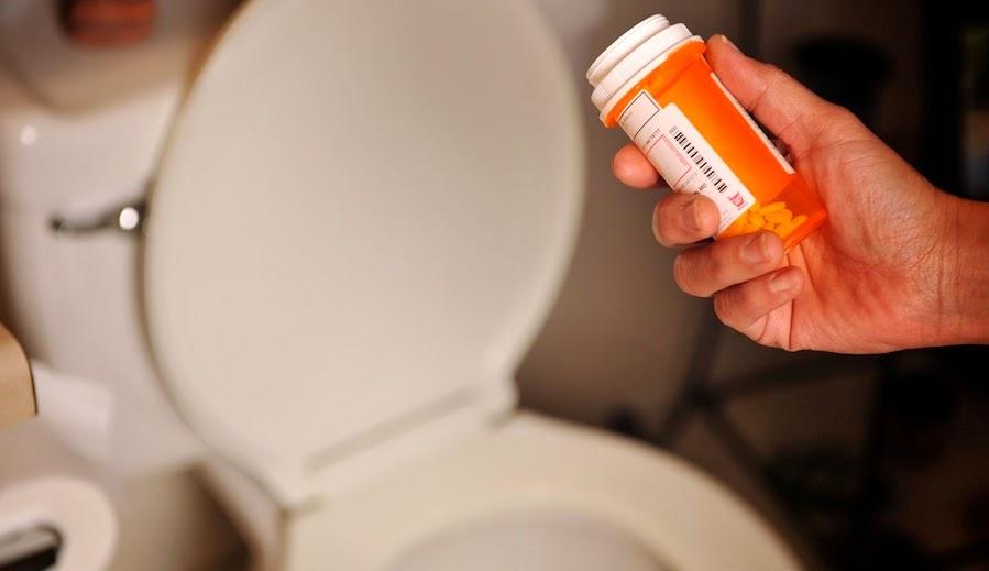 Tirando medicamentos por el inodoro