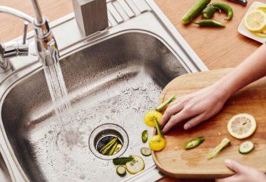 Tirando restos de comida en el drenaje