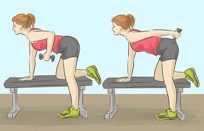 Mujer realiza ejercicio de tríceps con una mano apoyada en un banco